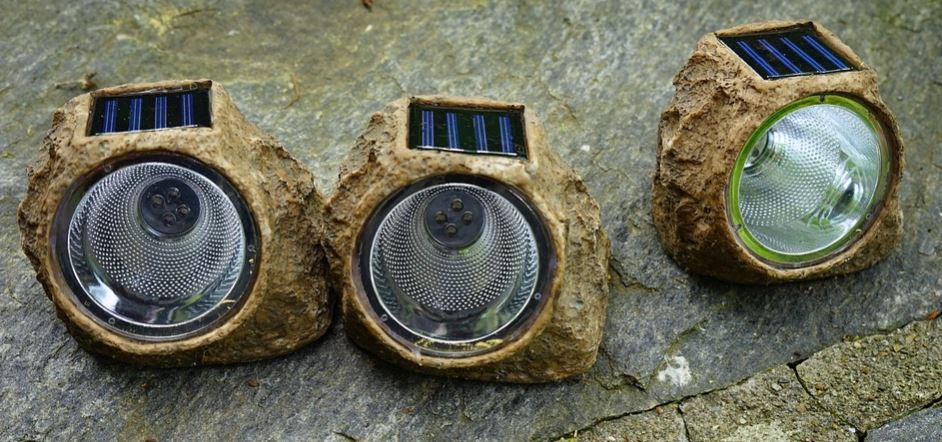 lampara solar de piedra