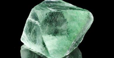 Pierre naturelle de fluorite verte sur fond noir