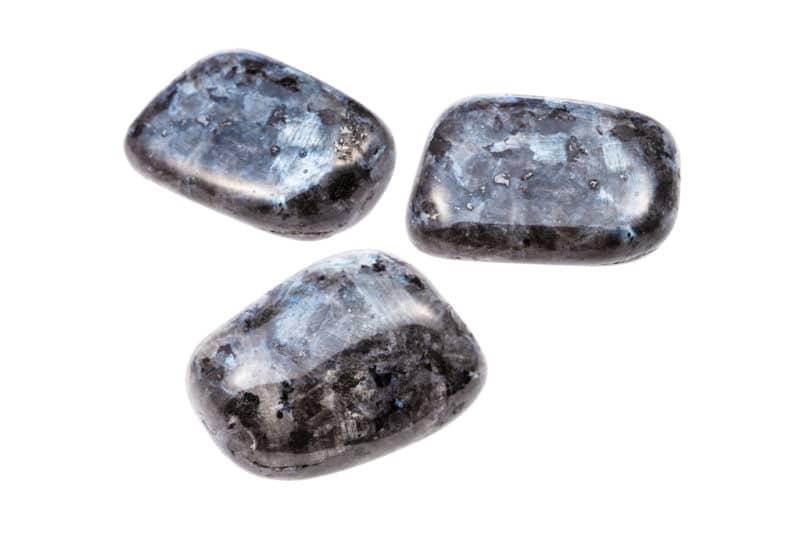 Tres piedras larvarias pulidas