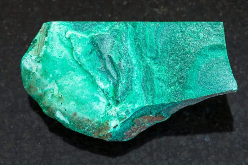 Piedra pulida sobre fondo de granito
