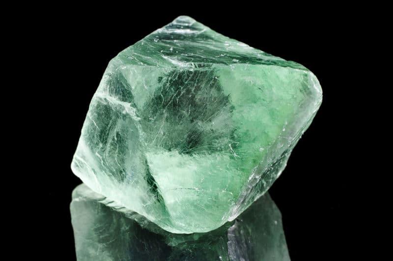 Piedra de flúor verde natural sobre fondo negro